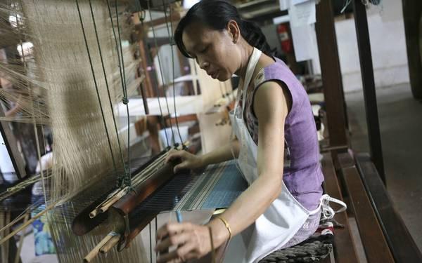 Một nghệ nhân đang dệt vải.