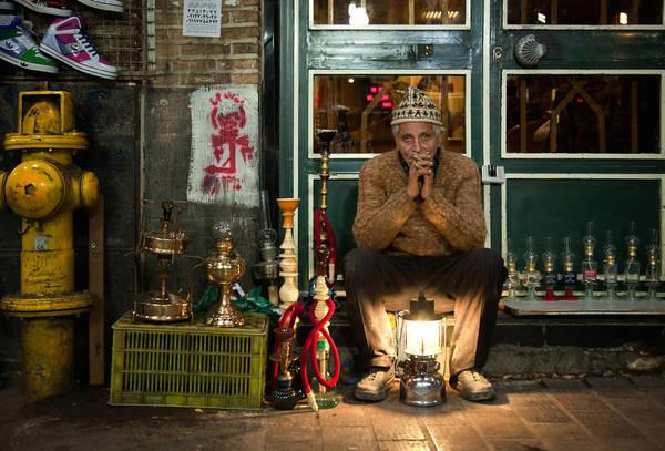 """Tehran, Iran lúc 9:00 PM: """"Lantern Seller' (Người bán đèn), chụp bởi nhiếp ảnh gia Borna Mirahmadian."""