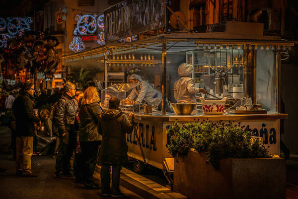 Valencia, Tây Ban Nha lúc 11:00 PM. Tác phẩm 'Churros Seller, Fallas', chụp bởi nhiếp ảnh gia Ian Monk.