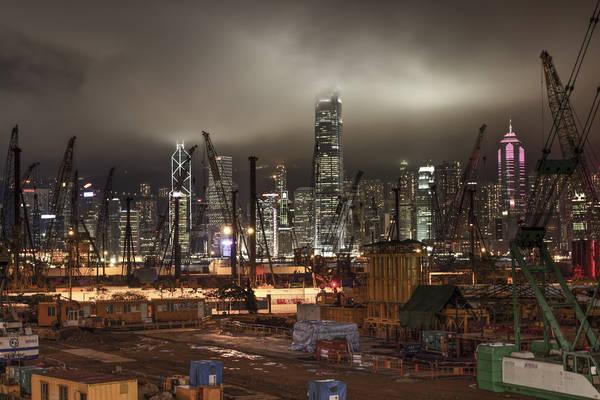 Cửu Long, Hồng Kông lúc 12:00 AM. Tác phẩm 'The Construction Beast' (Công trình quái vật), chụp bởi nhiếp ảnh gia Tim Martin.