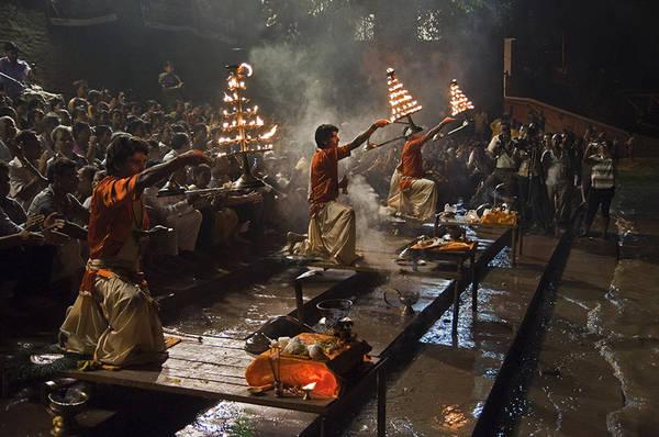Kolkata, Ấn Độ lúc 01:00 AM. Tác phẩm 'Ganga Arati', chụp bởi nhiếp ảnh gia Partha Pratim Saha.