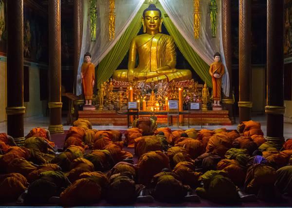 Phnom Penh, Campuchia lúc 04:00 AM. Tác phẩm 'Morning Chants' (Cầu nguyện buổi sáng), chụp bởi nhiếp ảnh gia Aliah Jan.