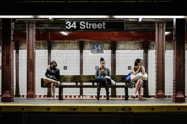 New York lúc 10:00 PM: 'Waiting for the Train' (Chờ tàu), chụp bởi nhiếp ảnh gia Tom Pepper.