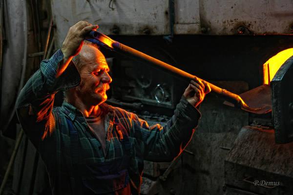 Bydgoszcz, Ba Lan lúc 11:00 PM. Tác phẩm 'The Stoker' (Người đốt lò), chụp bởi nhiếp ảnh gia Pawel Demus.