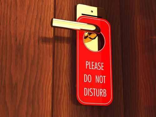 """Quên hạ tấm thẻ """"Xin đừng làm phiền"""" có thể khiến bạn chịu cảnh căn phòng bừa bãi, thiếu sạch sẽ trong khi đã trả tiền để dùng dịch vụ tốt nhất."""