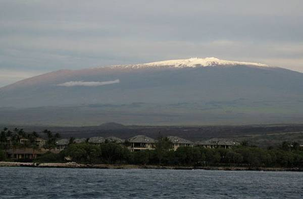 Dù đỉnh của Everest ở vị trí cao hơn so với mực nước biển, Mauna Kea, một núi lửa đã ngừng hoạt động ở Hawaii, đang giữ kỷ lục là ngọn núi cao nhất thế giới.