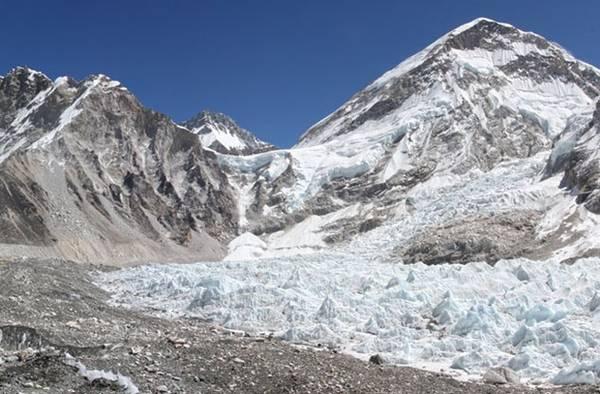 Núi Everest cao chính xác bao nhiêu? Điều đó phụ thuộc và bạn đang ở biên giới nước nào.