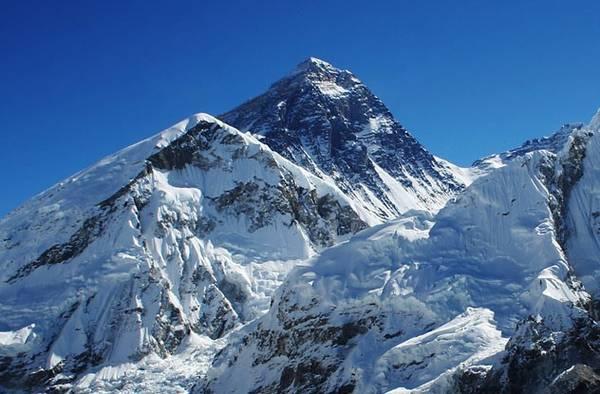 Năm 1994, một đội nghiên cứu đã khám phá ra rằng Everest cao thêm 4 mm mỗi năm.