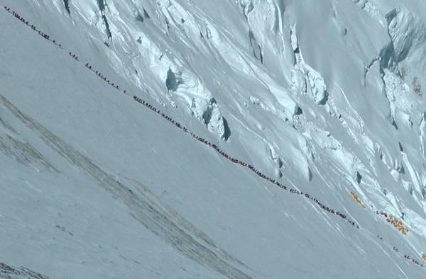 Dù phải tốn hàng ngàn đôla cho một chuyến leo Everest, rất nhiều người vẫn cố chinh phục nó.