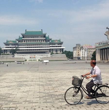 Khách du lịch có thể chụp ảnh tại Bình Nhưỡng nhưng không được có mặt người trong đó, kể cả bản thân hay người bình thường, trừ khi họ đang mặc đồng phục và có thái độ phù hợp