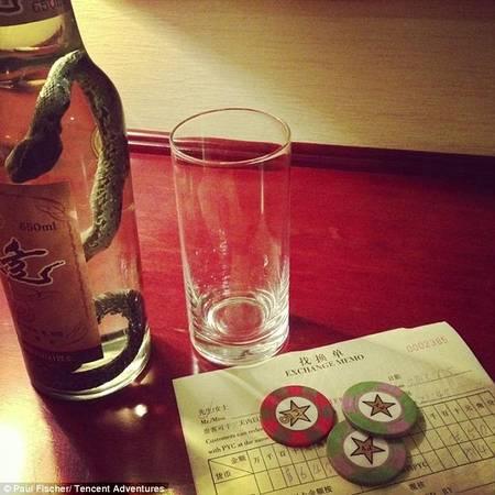 Rượu rắn và casino phục vụ khách du lịch.