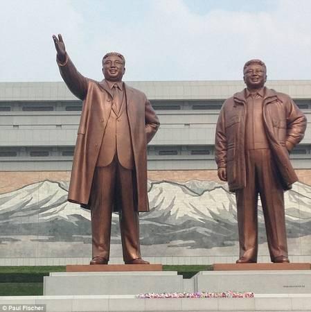 Việc đầu tiên du khách phải làm khi đặt chân đến Triều Tiên là thăm tượng các nhà lãnh đạo trên đồi Mansu.