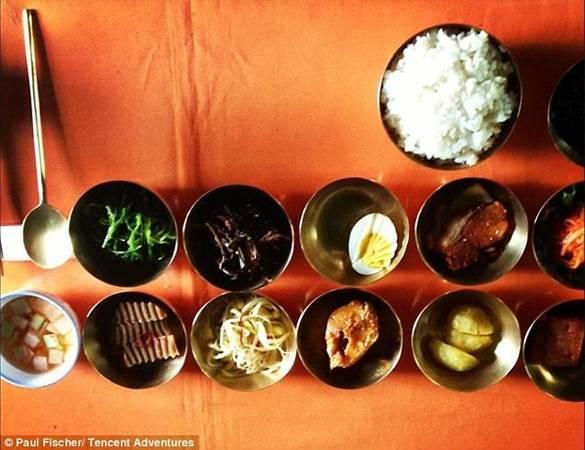 Tất cả các bữa ăn đều diễn ra ở một nhà hàng dành riêng cho khách nước ngoài để gây ấn tượng cho du khách về sự phong phú của đồ ăn Triều Tiên.