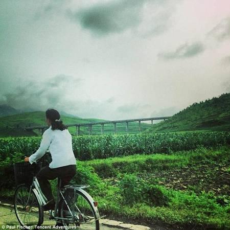 Bên ngoài thủ đô Bình Nhưỡng, ít nơi có điện và hoàn toàn không có xe hơi, vì vậy xe đạp là phương tiện giao thông chủ yếu.