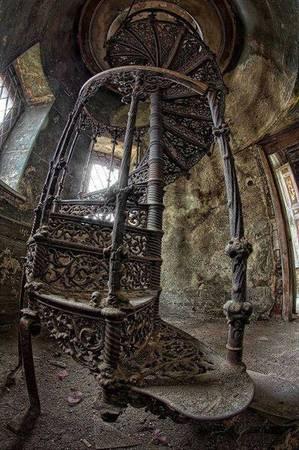 Một cầu thang tuyệt đẹp bên trong cung điện bị bỏ rơi ở Ba Lan.