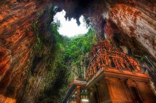 Các đền sâu bên trong các hang động ở Borneo, Indonesia.