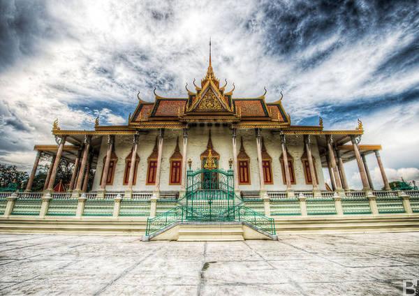 Chùa Bạc hay Wat Preah Morakat nằm ở trung tâm Cung điện Hoàng gia Campuchia là điểm du lịch nổi tiếng ở Phnom Penh.