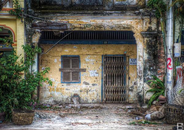 Dưới ống kính của Barnaby Jaco Skinner, ngôi nhà bị bỏ hoang ở Kampot cũng trở nên cuốn hút nhờ vẻ huyền bí.