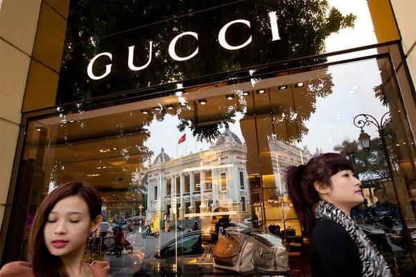 Sự phát triển của Việt Nam ngày càng được nhiều thương hiệu nổi tiếng lựa chọn để phát triển thị trường. Đây là hình ảnh một cửa hàng Gucci đối diện với Nhà hát lớn Hà Nội – được xây dựng theo mẫu nhà hát Opera Paris Garnier, Pháp.
