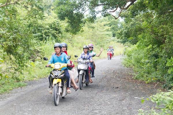 Bạn có thể thuê xe ôm trên đảo, hoặc thuê xe máy đi tiện đi lại.