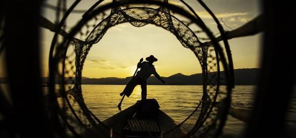 Những người đánh cá trên hồ Inle. Ảnh: Buffalotours.com