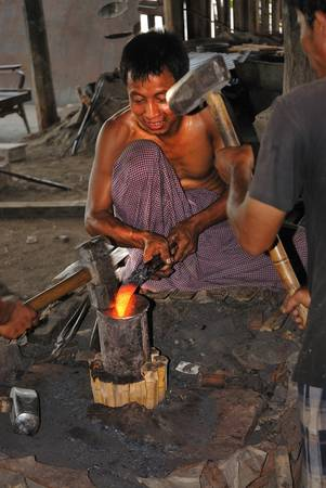 Một xưởng làm nghề rèn ở làng Se-kong. Ảnh: home.fotocommunity.com