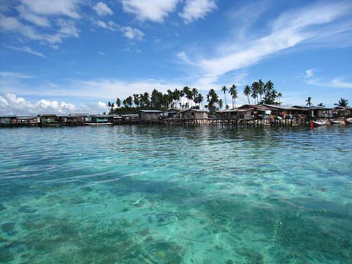 Đến Mabul du khách cũng có thể tham quan các ngôi làng truyền thống của người Malaysia.Ảnh: Lipstiq.com