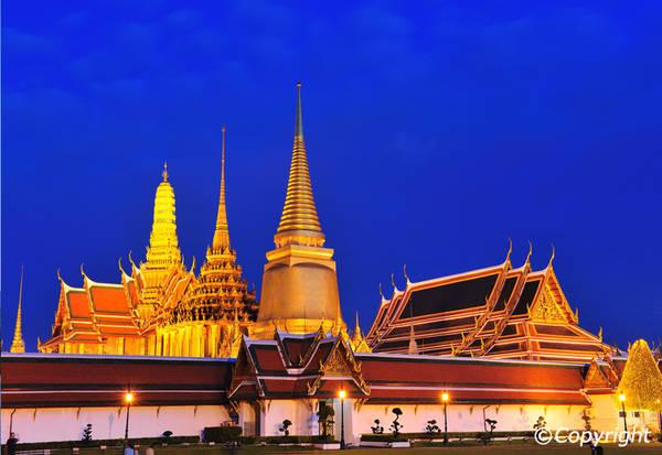 Chùa Wat Phra Kaew lung linh trong đêm. Ảnh: Bangkok.com