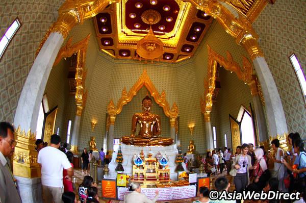 ất đông du khách ghe thăm chùa Wat Traimit để chỉ được nhìn tận mắt tượng Phật vàng. Ảnh: Bangkok.com