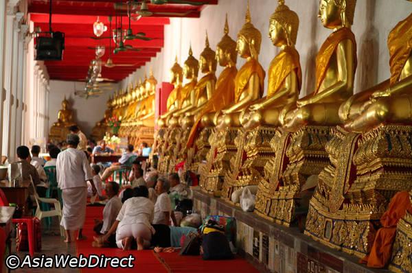 Rất nhiều du khách tìm đến chùa Wat Mahathat để học thiền. Ảnh: Bangkok.com