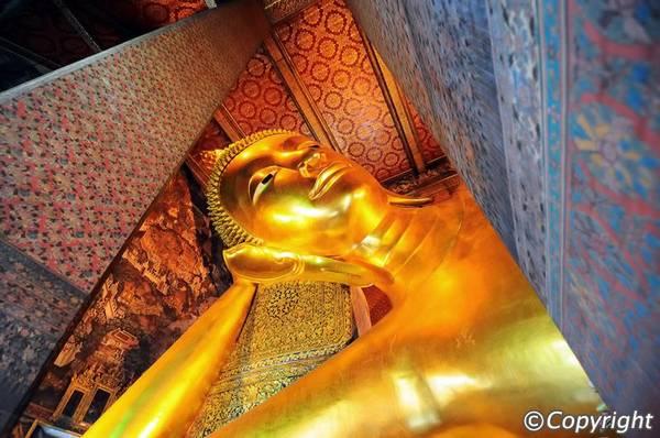 Bức tượng Phật nằm ấn tượng bên trong chùa. Ảnh: Bangkok.com