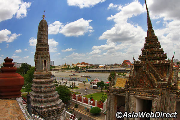 Khi đứng tại ban công cao nhất của chùa, bạn có thể nhìn thấy toàn cảnh sông Chao Phraya và Bangkok từ cầu Rama I đến Hoàng cung. Ảnh: Bangkok.com