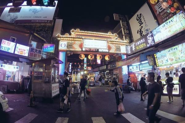 1. Những khu chợ đêm sôi động: Chợ đêm là một hoạt động vô cùng quen thuộc ở Đài Loan, đây là một nét đẹp văn hóa rất ấn tượng mà không nhiều đất nước trên thế giới có được. Chợ đêm Đài Loan không chỉ đơn thuần là nơi mua bán, mà còn là nơi giải trí, ăn uống, tụ họp trong một không khí vô cùng náo nhiệt, đông vui. Ảnh: Minh Trí