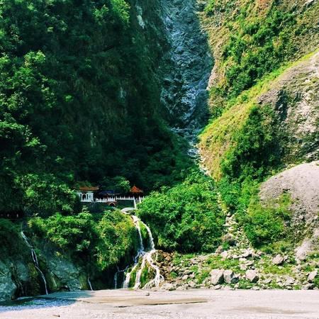 2. Vẻ đẹp của vườn quốc gia Taroko: Nằm dọc theo bờ biển phía Đông của Đài Loan, vườn quốc gia Taroko là một trong 7 công viên quốc gia nổi tiếng nhất của Đài Loan. Các hẻm núi hùng vĩ uy nghi, vách đá dựng đứng, thung lũng và thác nước thơ mộng khiến cảnh quan nơi này như một bức tranh sơn thủy. Ảnh: Minh Trần