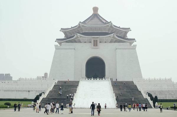 4. Thăm đài tưởng niệm: Đài Loan có tới hai đài tưởng niệm dành cho hai người sáng lập ra hòn đảo này đó là Tôn Dật Tiên (Sun Yatsen) ở đường Tây Trung Hiếu ( Zhongxiao East Road) và Tưởng Giới Thạch (Chiang Kai-Shek) ở đường Trung Sơn( Zhongshan Road). Bạn được tự do chụp ảnh và có thể xem những màn biểu diễn thái cực quyền tuyệt đỉnh công phu cùng nhiều thú vui khác ở đây. Ảnh: Minh Trần