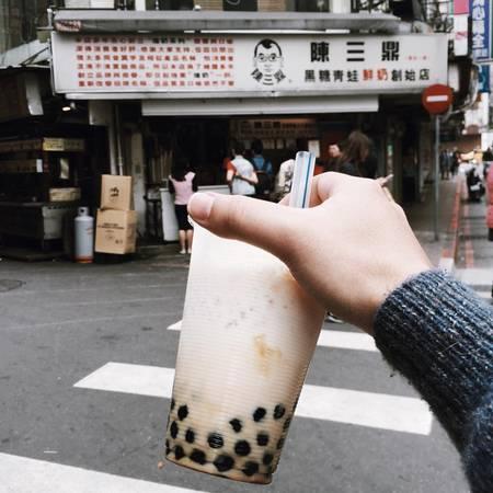 """7. Thưởng thức những ly trà sữa trân châu đúng chất """"Đài Loan"""": Cùng với việc thưởng thức những món ăn hấp dẫn của Đài Loan, bạn cũng đừng quên gọi cho mình một ly trà sữa trân châu, tại quê hương của món đồ uống hấp dẫn này. Thưởng thức trà sữa tại thủ phủ của Đài Loan trong một buổi tối ngồi ngắm bầu trời sẽ không gì có thể tuyệt hơn cho một chuyến đi hoàn hảo. Ảnh: Minh Trần"""