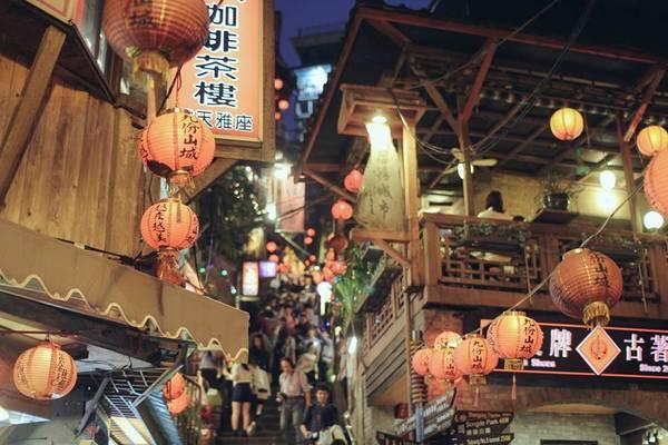8. Thị trấn cổ Jiefen: Ngôi làng nhỏ trên vách núi nhìn ra bờ biển Đông Đài Loan là địa điểm không thể bỏ qua khi du lịch Đài Loan. Chỉ nằm cách Đài Bắc 1 giờ đi xe, Jiufen từng là nơi người ta đổ xô đến đào vàng. Ngày nay, khu mỏ đã đóng cửa, Jiufen được tu sửa và đón tiếp du khách với những trà quán thanh bình, những cửa hàng, quán bar, phòng triển lãm rải rác khắp nơi. Ảnh: Minh Trí