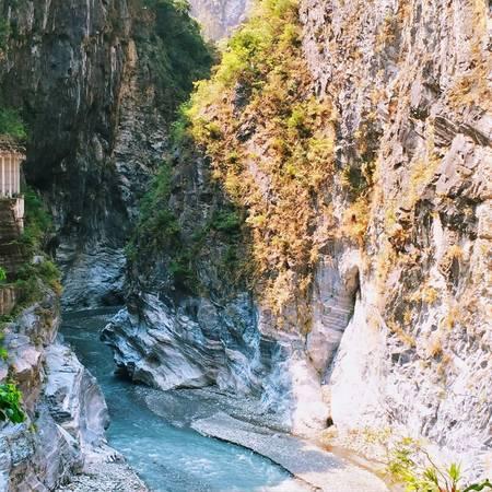 9. Hẻm núi đá cẩm thạch Taroko Gorge độc đáo: Nằm trong vườn quốc gia Taroko, hẻm núi Taroko Gorge thu hút đông đảo khách du lịch ưa mạo hiểm và là điểm đến tuyệt vời để khám khá thiên nhiên ở Đài Loan. Ảnh: Minh Trần