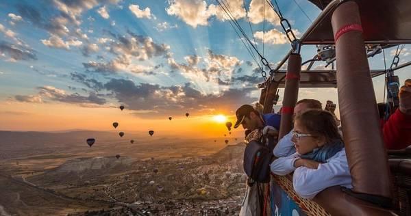 Hãy chia sẽ với mọi người những khoảnh khắc đẹp trong chuyến du lịch của bạn. Ảnh: Dailymail