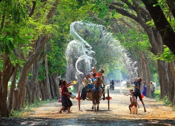 Trẻ em vui chơi trong lễ té nước. Ảnh: myanmar.threeland.com