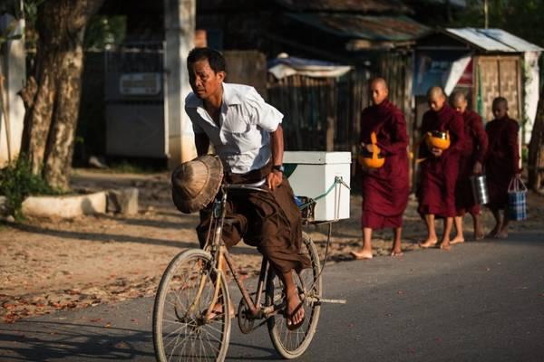 Trang phục truyền thống của người Myanmar là Longyi. Ảnh: Exoticvoyages.com