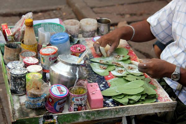 Người Myanmar rất thích ăn trầu. Ảnh: eringobroad.com