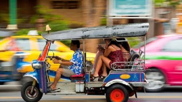 Tuk tuk - Phương tiện giao thông công cộng phổ biến ở Phnom Penh.