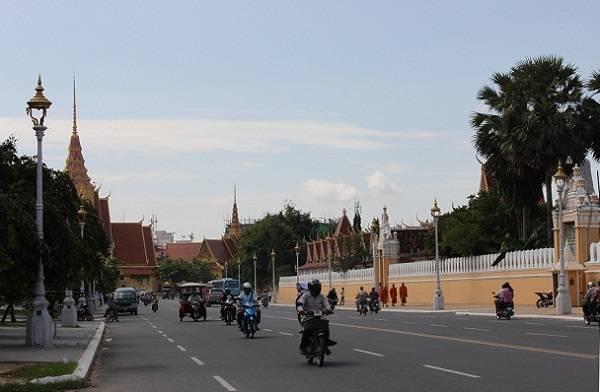 Ngoại trừ khu vực cung điện Hoàng gia tương đối sạch sẽ, có rất nhiều bãi rác tự phát trên đường phố Campuchia.