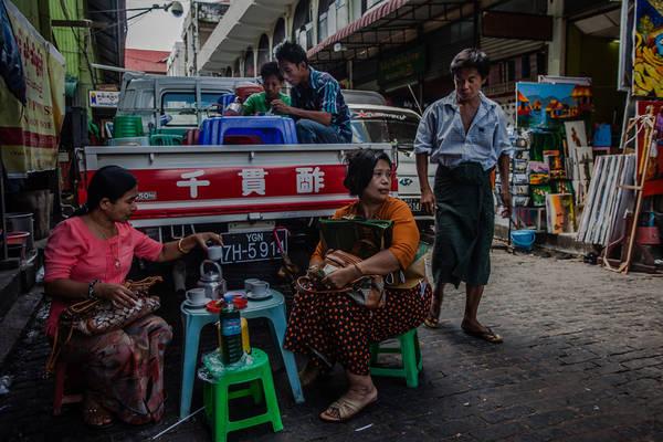Một quán trà vỉa hè trên đường phố Yangon. Ảnh: travel.paintedstork.com