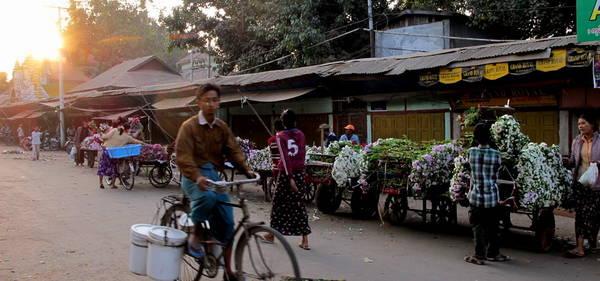 Một phiên chợ quê ở Mandalay. Ảnh: exotravel.com