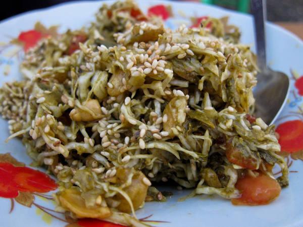 Người Myanmar khuyến cáo khách du lịch rằng món salad lá trà được coi là một chất kích thích, nếu như ăn quá nhiều, bạn có thể bị mất ngủ giống như uống quá nhiều nước trà vậy. Ảnh: neverendingvoyage.com