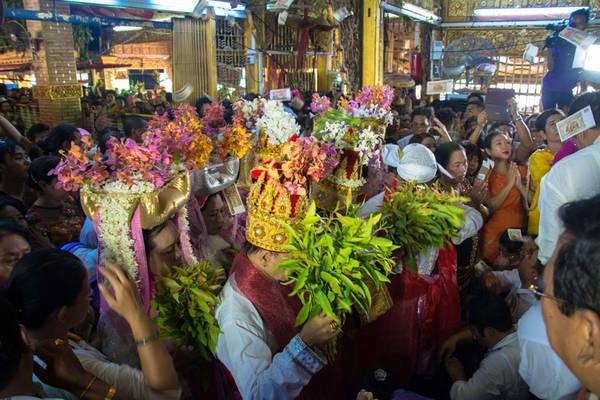 Người dân tham gia lễ hội. Ảnh: irrawaddy.org