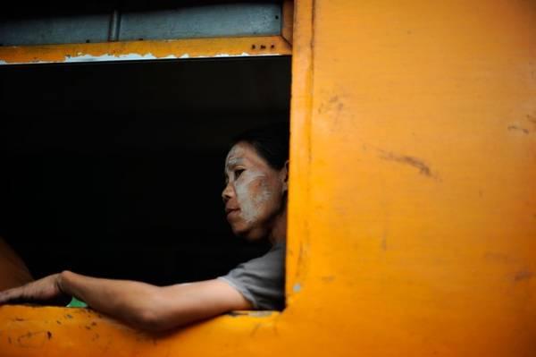 Ngồi trên một chuyến tàu là cách tốt nhất để cảm nhận nhịp sống thường ngày của người dân địa phương. Ảnh: Roughguides