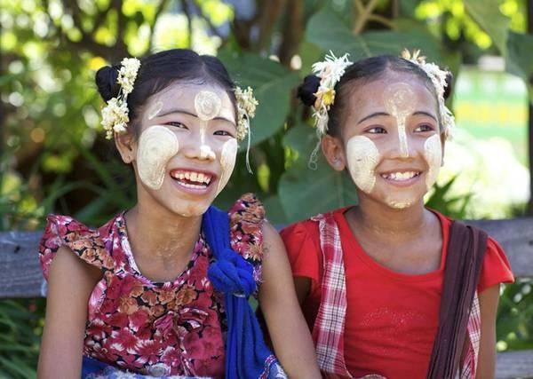 Trẻ em Myanmar với khuôn mặt được bôi bột Thanaka. Ảnh: insightguides.com